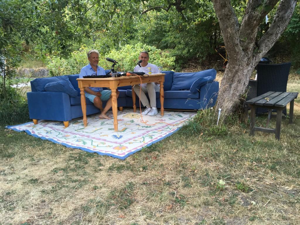 Podden på tiden EXTREMPODDEN soffbild i Staffans trädgård